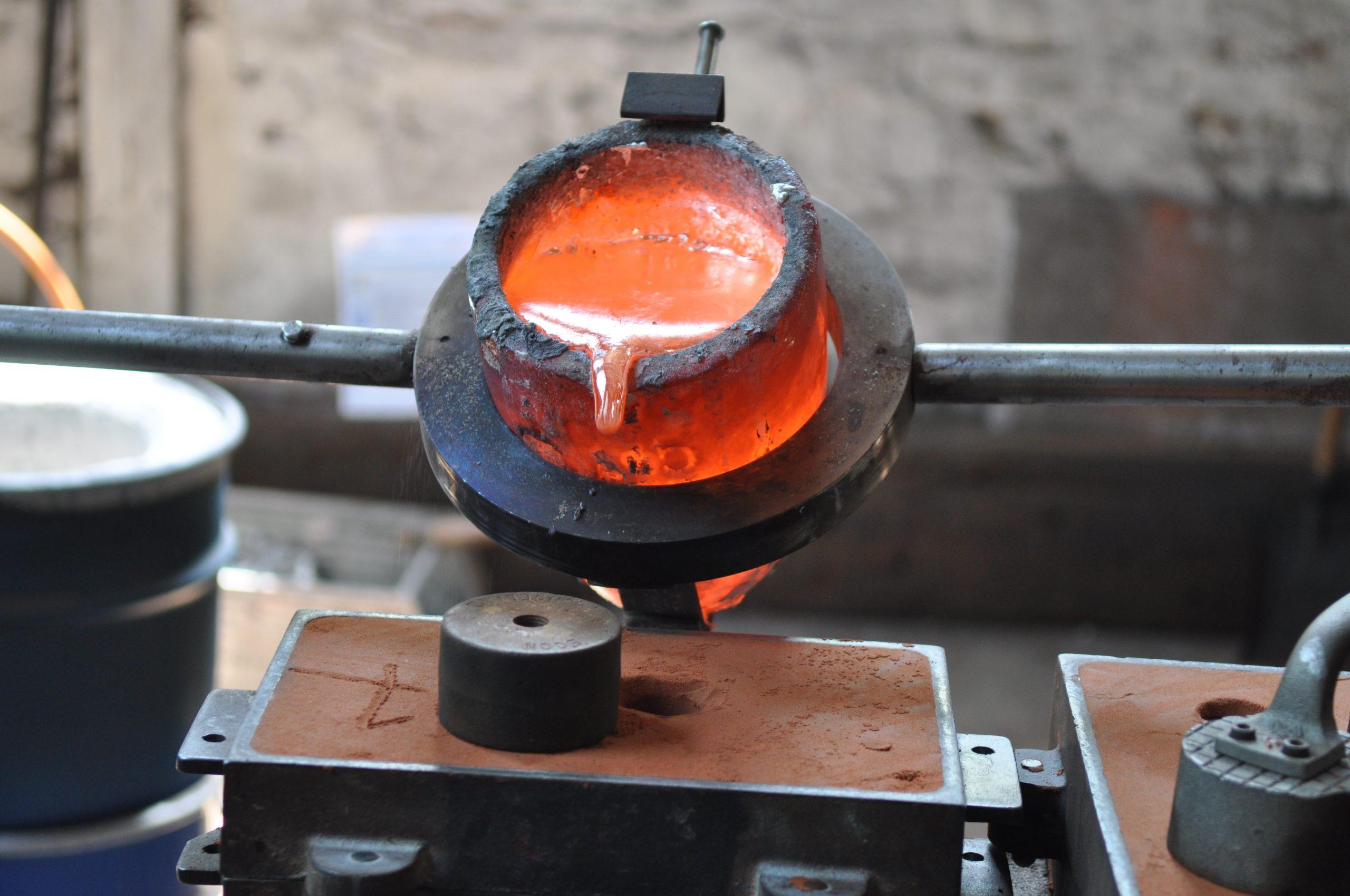 Metallien valaminen muottiin